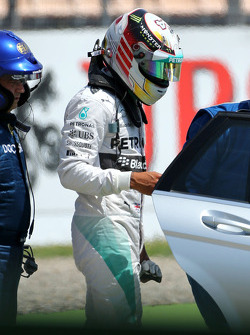Lewis Hamilton, Mercedes AMG F1 W05 waves after big crash