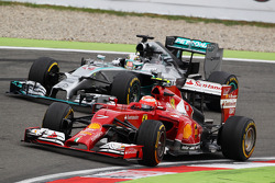 F1: Kimi Raikkonen, Ferrari F14-T and Lewis Hamilton, Mercedes AMG F1 W05 battle for position