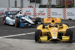 Helio Castroneves, Penske Racing Chevrolet and Ryan Hunter-Reay, Andretti Autosport Honda