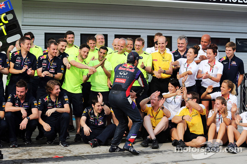 Daniel Ricciardo, Red Bull Racing celebrates with the team