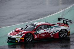 #51 AF Corse Ferrari 458 Italia: Filipe Barreiros, Peter Mann, Francisco Guedes spins out of control
