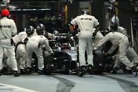 Kevin Magnussen, McLaren MP4-29 pit stop