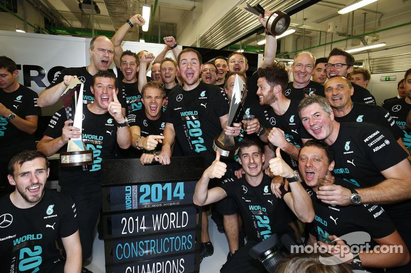 Nico Rosberg, Mercedes AMG F1, feiert den Gewinn der Herstellerwertung 2014 mit dem Team