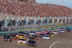 Restart: Jeff Gordon, Hendrick Motorsports Chevrolet, Kevin Harvick, Stewart-Haas Racing Chevrolet and Kurt Busch, Stewart-Haas Racing Chevrolet lead the field