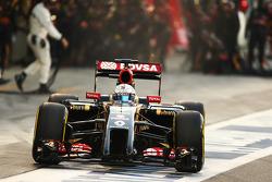Romain Grosjean, Lotus F1 E22 makes a pit stop