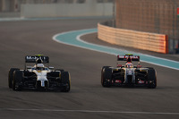 Kevin Magnussen, McLaren MP4-29 and Pastor Maldonado, Lotus F1 E21 battle for position