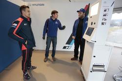 Daniel Sordo tries out Hyundai VR