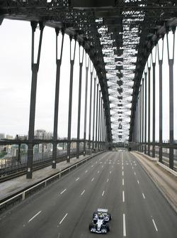 Williams-BMW event in Sydney: Mark Webber drives the WilliamsF1 BMW FW26 accross Sydney Harbour Bridge