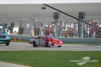 Ricky Rudd's damage car returns to pit lane
