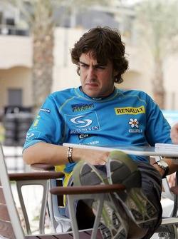 Fernando Alonso relaxes