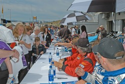 Ambiance at the autograph session
