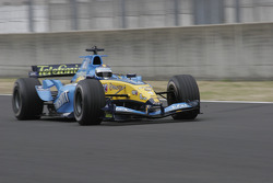 David Hallyday does a demo run in the Renault F1 R24