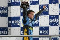 Formule 1 Photos - Podium : le troisième et Champion du monde 2005 Fernando Alonso fête son titre