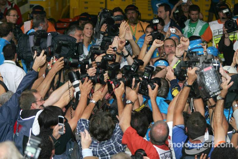 El Campeón del Mundo 2005, Fernando Alonso, celebra con los fotógrafos
