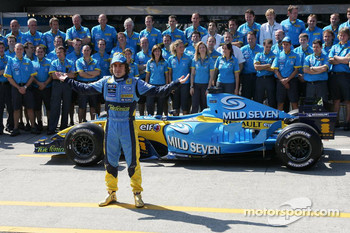 Renault F1 photoshoot: Fernando Alonso poses with Renault F1 team members