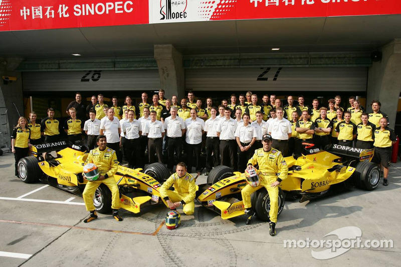 Jordan photoshoot: Narain Karthikeyan and Tiago Monteiro pose with Jordan team members