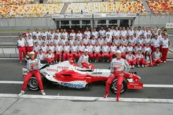 Toyota photoshoot: Jarno Trulli, Ralf Schumacher and Ricardo Zonta pose with Toyota team members