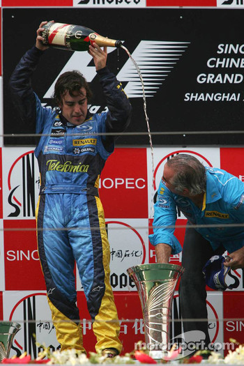 Podium: champagne for Fernando Alonso and Flavio Briatore