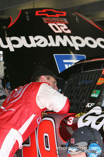 Jeremy Mayfield talks with Kevin Harvick