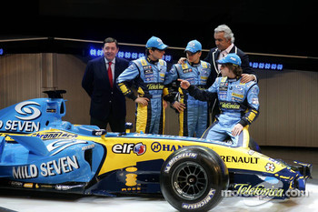 Patrick Faure, Giancarlo Fisichella, Heikki Kovalainen, Flavio Briatore and Fernando Alonso with the new Renault R26