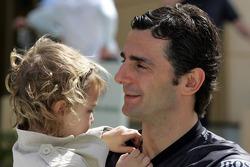 Pedro de la Rosa with his kid