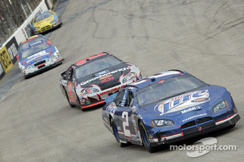 Kurt Busch leads Kevin Harvick