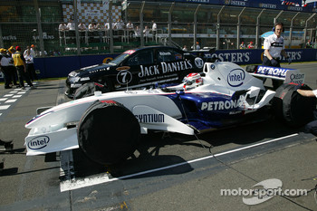Speed comparison challenge: David Brabham in the BMW 1-series and Robert Kubica in the BMW Sauber F1.06