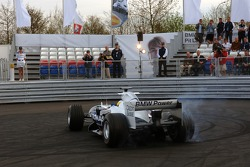 Visit of BMW Sauber F1 team Pitlane Park: Nick Heidfeld demonstrates doughnuts