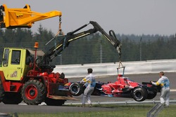 Marshalls move the car of Vitantonio Liuzzi
