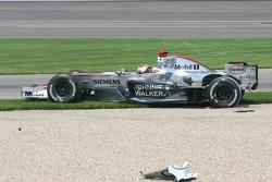 Crash at first corner: Kimi Raikkonen