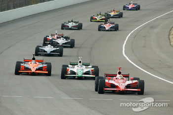 Dan Wheldon leads a group of cars