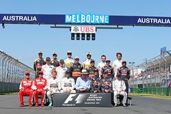 Ron Walker, voorzitter van de Australian GP Corporation met de rijders tijdens fotoshoot voor start van het seizoen