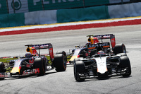 Nico Hulkenberg, Sahara Force India F1 VJM08 leads Daniel Ricciardo, Red Bull Racing RB11 and Daniil Kvyat, Red Bull Racing RB11