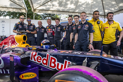 Infiniti Red Bull Racing team pose for a portrait with David Coulthard, Red Bull Racing at the Red Bull Show run 2015 at Necklace Road in Hyderabad, India