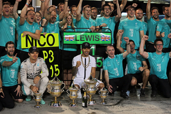 Third placed Nico Rosberg, Mercedes AMG F1 and race winner Lewis Hamilton, Mercedes AMG F1 celebrate with the team