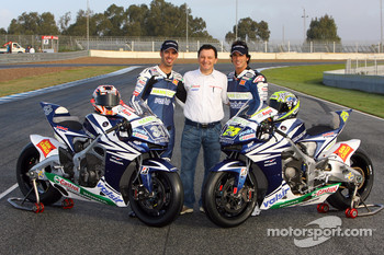 Team Gresini: Fausto Gresini poses with Marco Melandri and Toni Elias