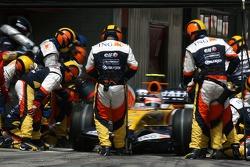 Heikki Kovalainen, Renault F1 Team, R27 pitstop
