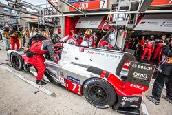 Pitstop voor #7 Audi Sport Team Joest Audi R18 e-tron quattro: Marcel Fässler, Andre Lotterer, Benoit Tréluyer