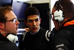 Esteban Ocon, piloto de testes da Sahara Force India F1 VJM08 com Tom McCullough, Engenheiro chefe da Sahara Force India F1 Team