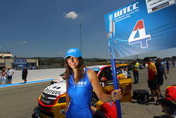 The grid girl of Tom Coronel, Chevrolet RML Cruze TC1, ROAL Motorsport