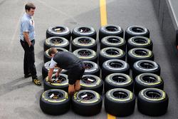 McLaren monteur met banden van Pirelli