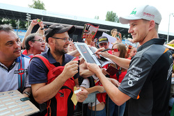 Nico Hulkenberg, Sahara Force India signs autographs for the fans