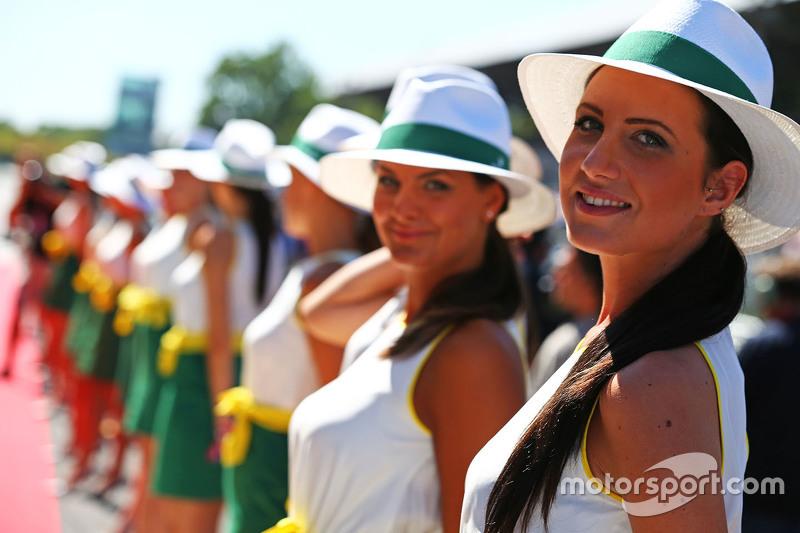 Chicas en la parrilla durante el desfile de pilotos