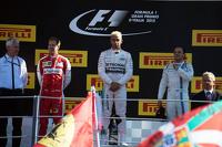 Formula 1 Foto - The podium: Sebastian Vettel, Ferrari, second; Lewis Hamilton, Mercedes AMG F1, race winner; Felipe Massa, Williams, third