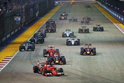 Sebastian Vettel, Ferrari SF15-T aan de leiding bij de start
