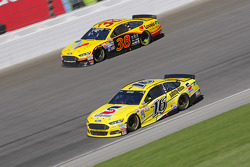 Greg Biffle, Roush Fenway Racing Ford and David Gilliland, Front Row Motorsports Ford