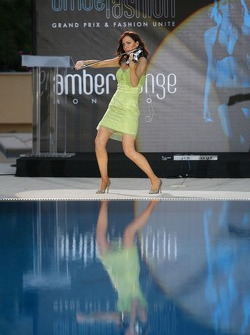 Amber Fashion: Linzi Stoppard, Electric Violinist