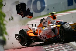 Heikki Kovalainen, Renault F1 Team, R27, crashed in qualifying