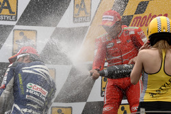 Podium: champagne for Loris Capirossi