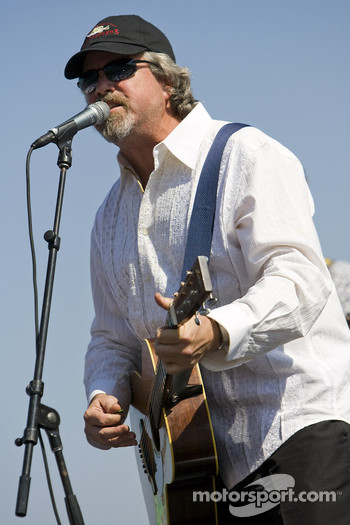 Robert Earl Keen performs